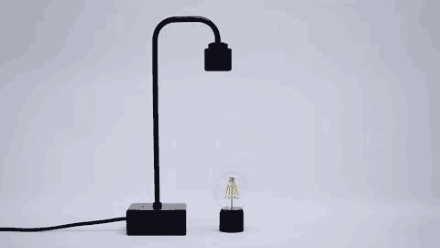 電灯のON/OFFは台座のタッチセンサーボタン