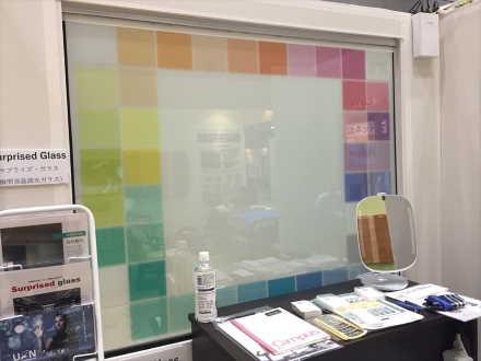 透明と半透明をスイッチ一つで切り替えられる瞬間調光ガラス半透明(電源OFF)