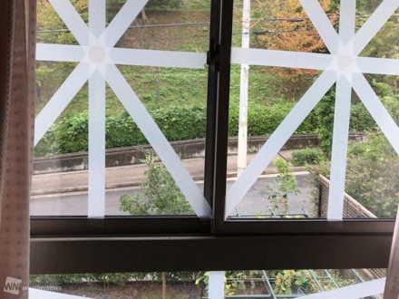 養生テープで補強された窓