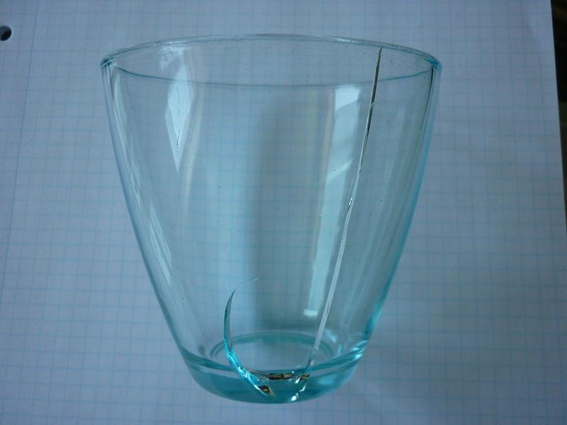 熱応力により割れたグラス