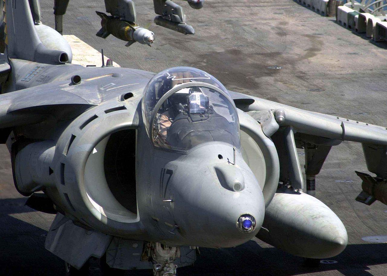 湾曲しているAV-8Bのキャノピー