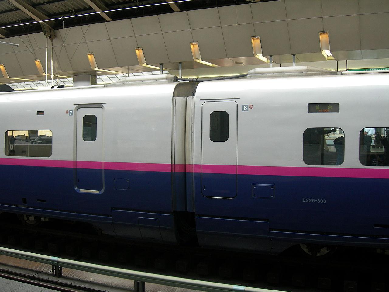 左:引き戸(7号車、E225形100番台)右:プラグドア(6号車、E226形300番台)